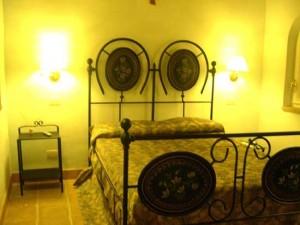 Camere arredate con Mobili antichi e letti in ferro battuto