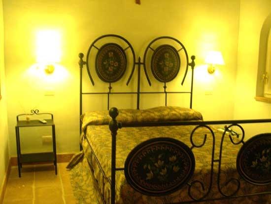 Camere in stile Contadino con letto in ferro battuto ...