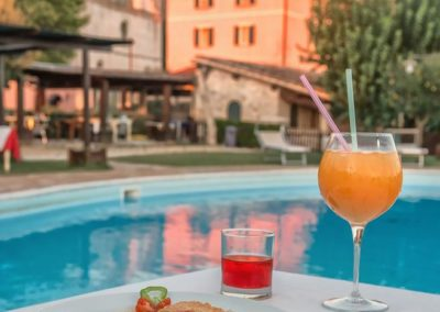 Aperitivo in Piscina nella Country House Assisana